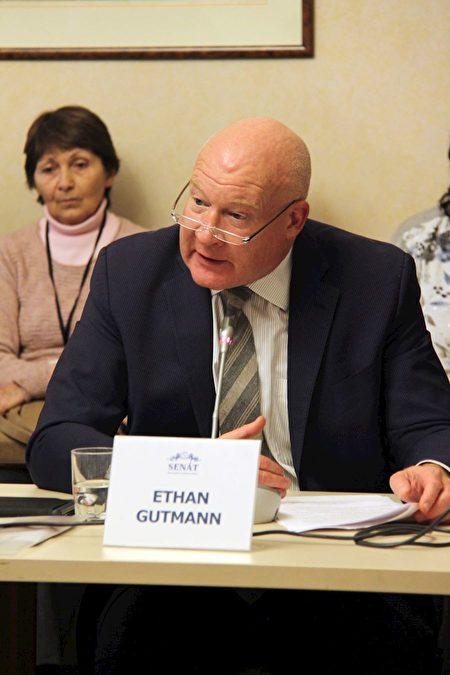 調查員和記者伊森·葛特曼(Ethan Gutmann)。(明慧網)