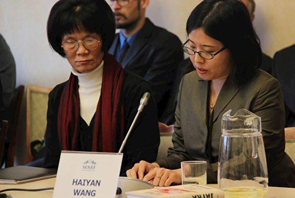 親身遭受中共酷刑迫害的劉玉梅女士(左)和「追查國際」代表王海燕(右)。(明慧網)