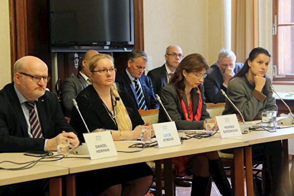 左起:捷克前文化部長丹尼爾·赫爾曼(Daniel Herman),捷克赫爾辛基委員會成員露西·麗勃娃(Lucie Rybova)和莫妮卡·史姆恩考娃(Monika Šimůnkova)及記者卡特史娜·普羅哈茲考娃(Kateřina Prochazkova)。(明慧網)
