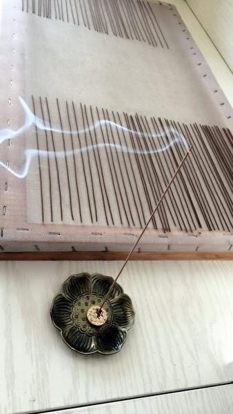 黏濕狀態下剛成形的立香,用同種材質的母香熏它,使其氣味純正。(圖片由朝暉提供)
