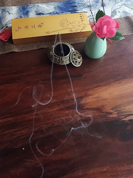 立香點燃後分陰陽兩股煙,柔美而靈動。(圖片由朝暉提供)