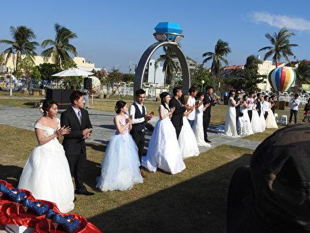 """云嘉南滨海国家风景区管理处3日在布袋高跟鞋教堂园区,举办""""找寻高跟鞋的主人""""活动,在浪漫的戒指证婚亭下,为10对新人证婚。"""