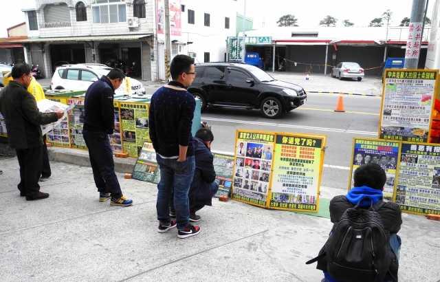 中國大陸遊客在台灣東部旅遊真相點看真相。(龍芳/大紀元)