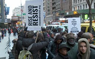 曼哈顿公听会外 民众抗议地铁票涨价