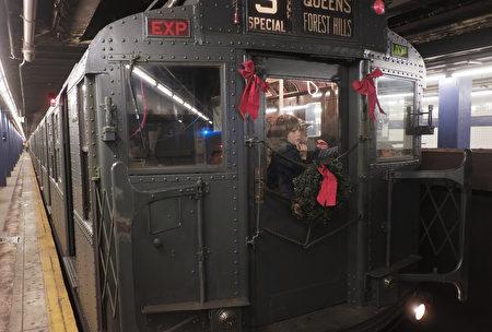 """纽约大都会捷运署(MTA)一年一度的复古风情""""假日怀旧地铁""""(Holiday Nostalgia Train)线路将再次开通。"""