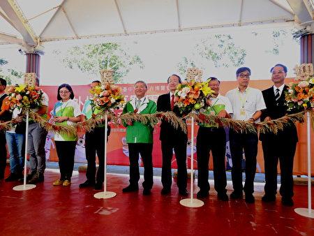 花博外埔園區以「花果原鄉」為主題,打造以台灣農業為主軸的大型展覽,開園儀式特別展示結合花卉和在地特色水果的剪綵花柱。