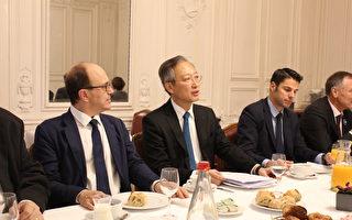 駐法國台北代表處代表吳志中大使在與參議院友台小組的早餐會上作簡介(駐法國台北代表處提供)