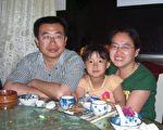 江天勇与妻子,女儿当时约8岁(受访者提供)