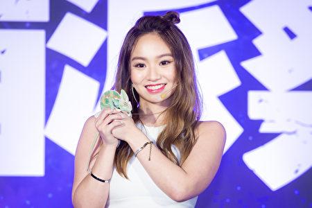 歌手Kimberley陈芳语28日出席活动挑战硬派指数,现场把变色龙放在头上互动。
