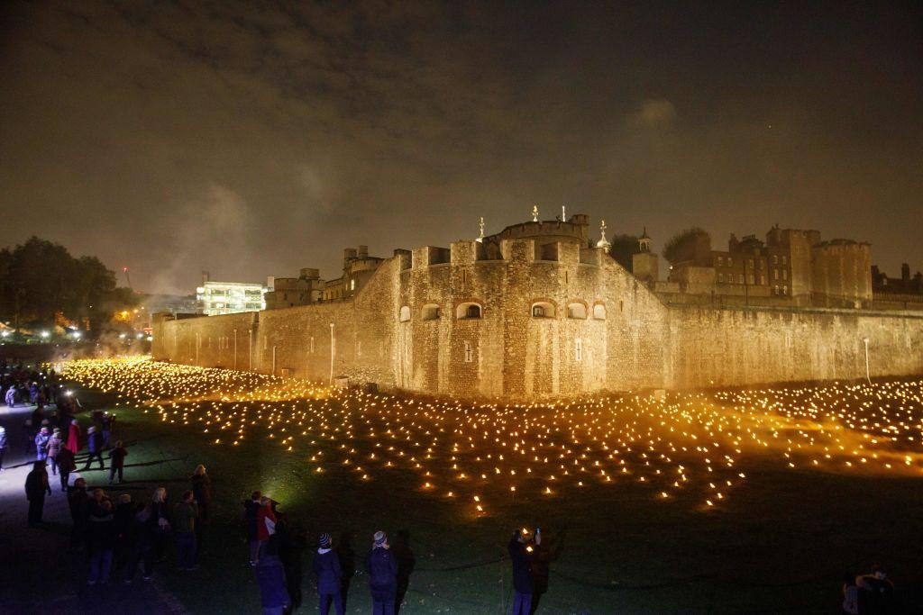 一戰結束百年 倫敦塔旁點燃萬支紀念火炬