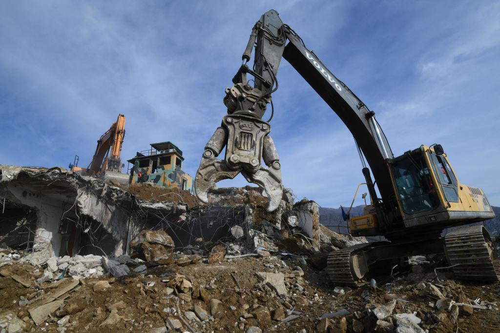 11月15日,北韓用起重機在拆毀哨所。(Jung Yeon-je – Pool/Getty Images)