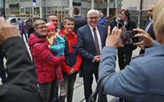 德国总统造访东部城市 与市民面对面谈难民
