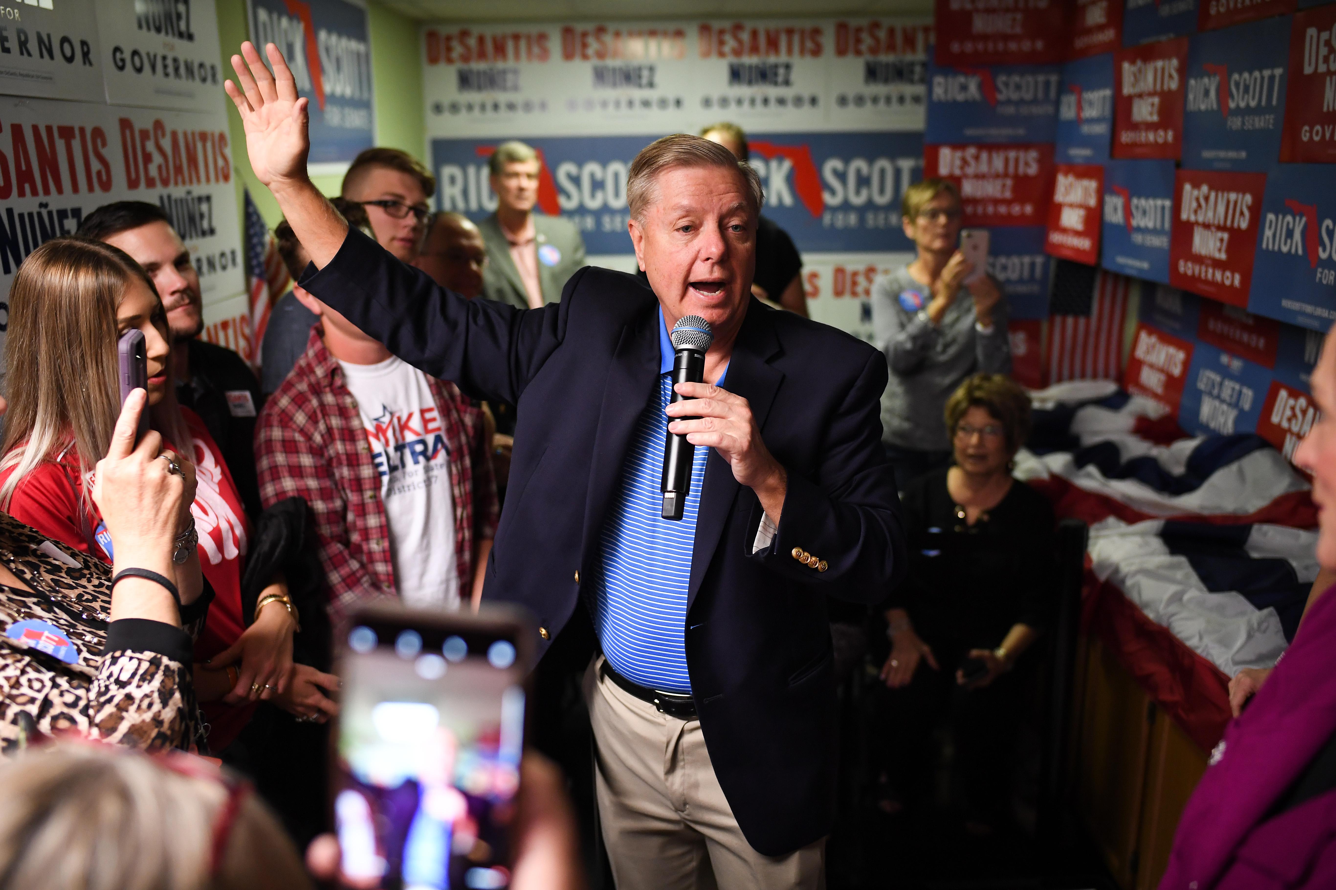 美國中期選舉結果已見分曉,特朗普總統與共和黨成功保住參議院多數席位。民主黨掌控眾議院。參議院資深議員格雷厄姆(Lindsey Graham)讚揚特朗普對領導共和黨迎戰中期選舉的熱情。圖為格雷厄姆選前在佛州參加活動。(Jeff J Mitchell/Getty Images)