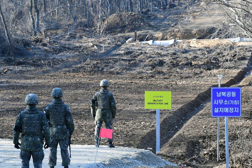 11月22日,南韓士兵站在軍事分界區。(Kim Min-Hee/POOL/AFP)