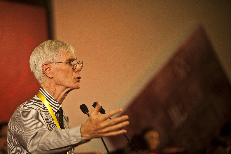 美國亞洲協會美中關係中心主任夏偉(Orville Schell)表示,中共錯失過去一二十年來與美國改善關係的大好機會。圖為2011年11月30日,他在北京出席一個論壇。(VCG/VCG via Getty Images)