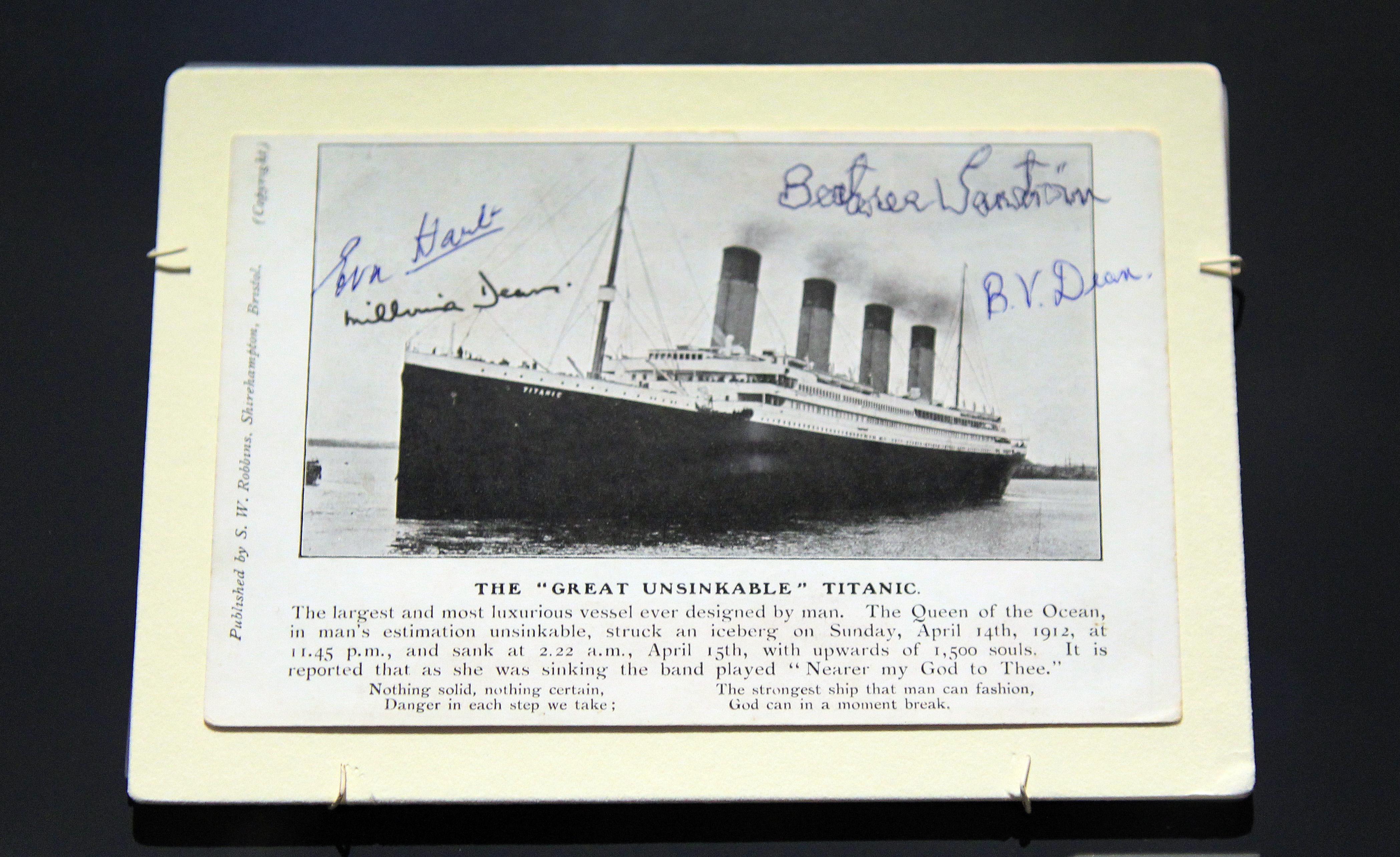 有倖存者艾娃·哈特(Eva Hart)等人簽名的泰坦尼克號明信片。(PETER MUHLY/AFP/Getty Images)
