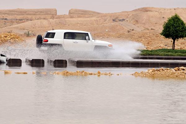 沙特遭受洪災 至少30人死 沙漠變海洋