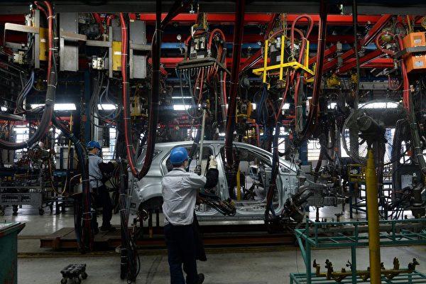 因為貿易戰的影響,產品供應鏈正在迅速從中國向周邊國家轉移。圖為越南北部海陽市的美國福特汽車製造廠。(HOANG DINH NAM/AFP/Getty Images)