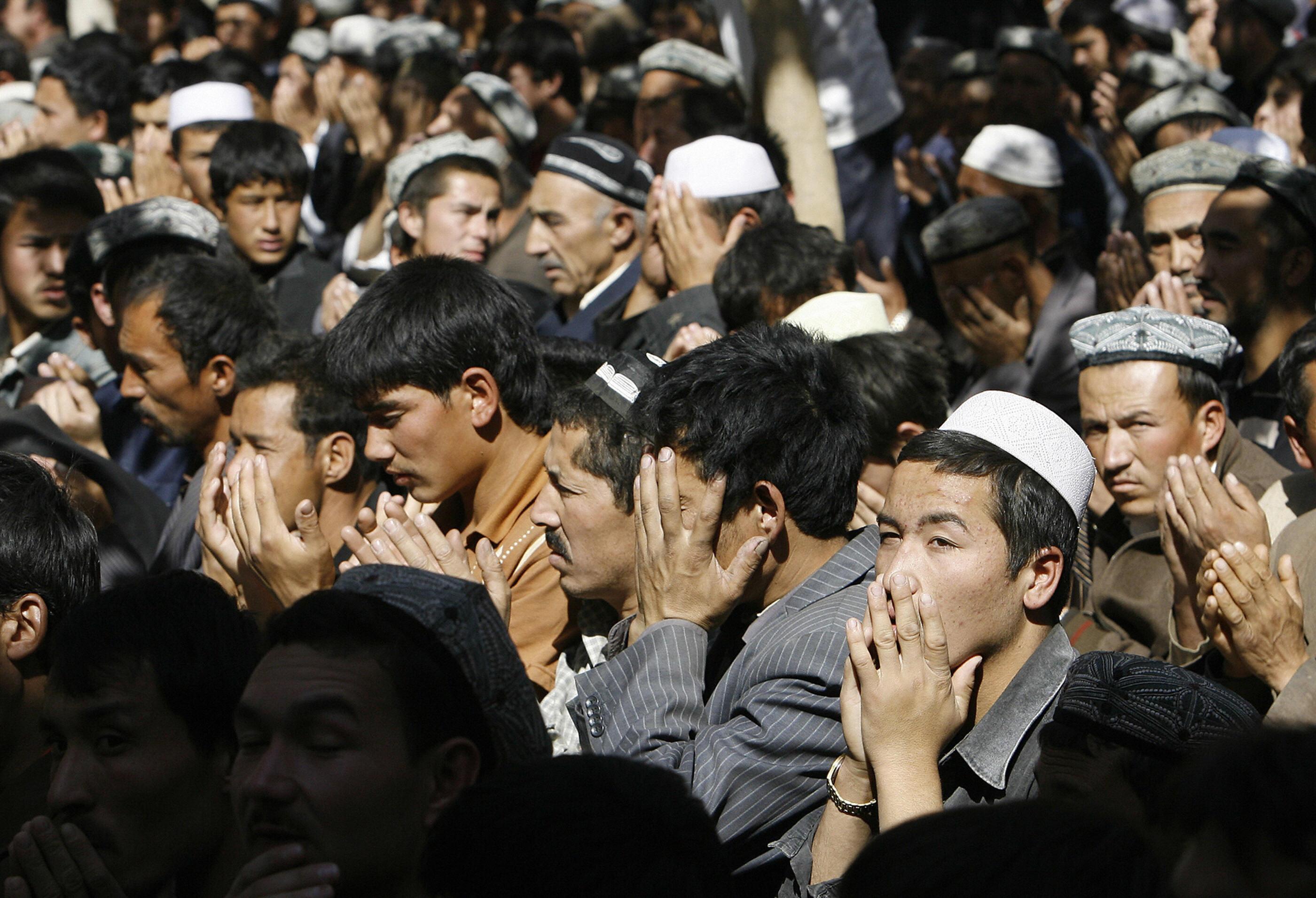 外媒影片曝光新疆「再教育營」 與監獄無異