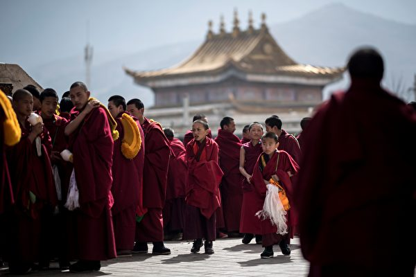 非政府組織人權觀察表示,中共訓練西藏僧侶當「啦啦隊」,為其賣力演出。圖為2018年3月1日,黃南藏族自治州隆務寺的藏族僧侶。(JOHANNES EISELE/AFP/Getty Images)