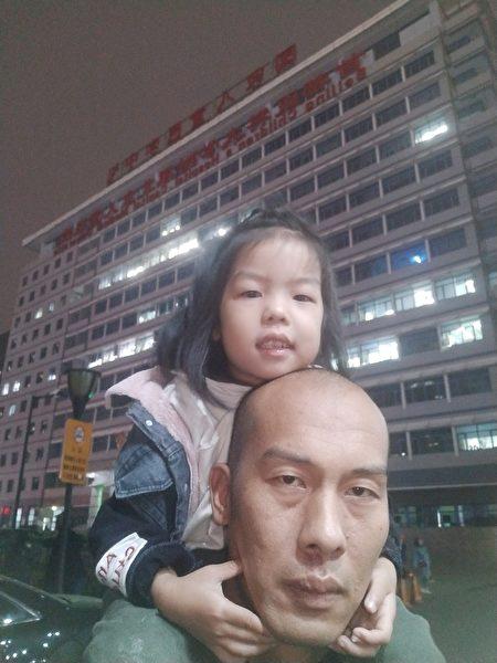 坐在父亲裴金涛肩上的小月月现在4岁半。于7个月大时接种疫苗后出现癫痫、智力缺陷问题。(家长提供图片)