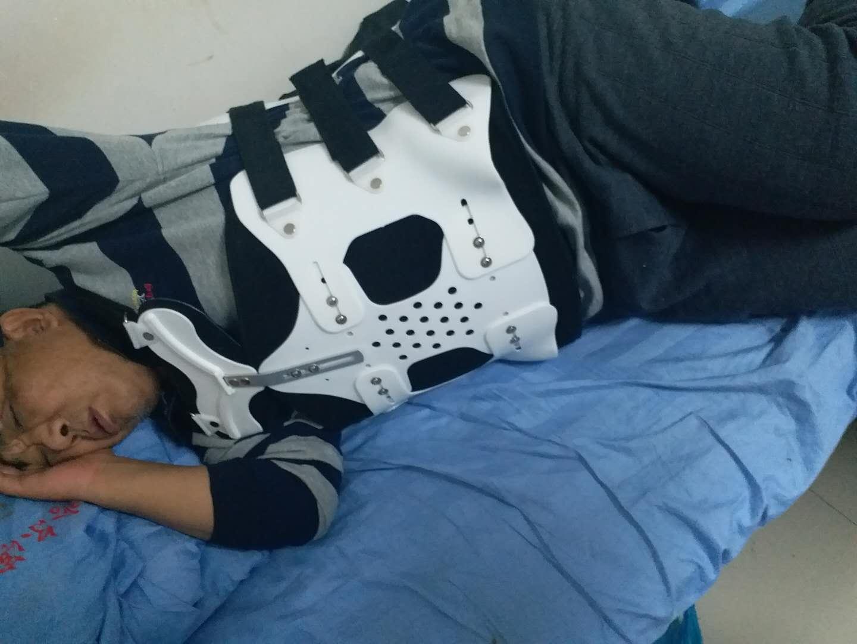 龐姓哈爾濱律師於2017年12月遭前房主等人暴打,傷至兩根肋骨、三根腰椎骨骨折,腰部需用鐵夾板固定。(受害人提供)