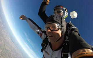90岁爷爷另类的生日礼物 高空跳伞初体验