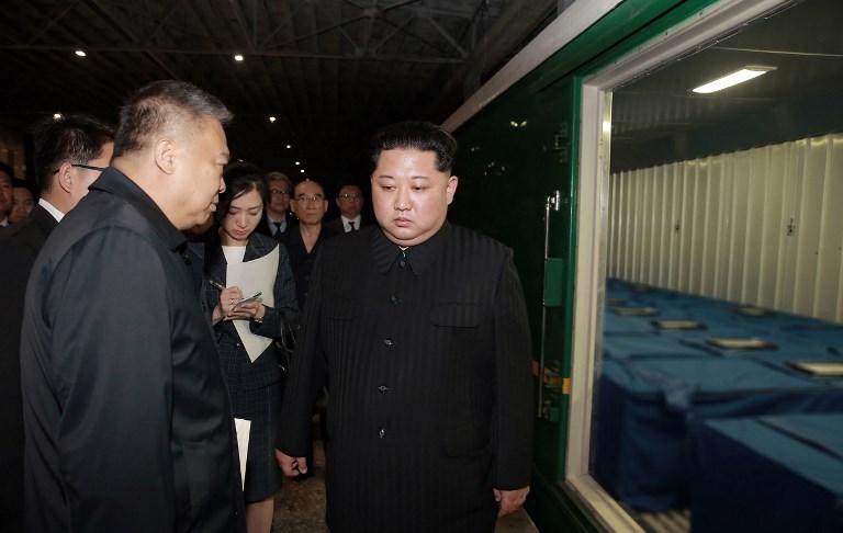 2018年4月22日晚,中國星火旅行團,在北韓「紅色之旅」中遇車禍,造成36人死亡。圖為2018年4月26日,北韓平壤,領導人金正恩前往載運罹難者的貨櫃查看。(KCNA VIA KNS/AFP)