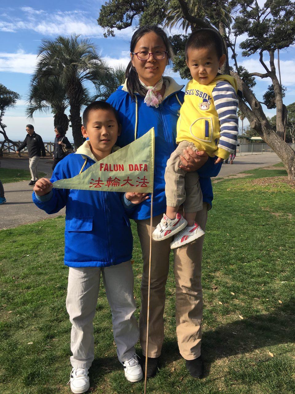 法輪功修煉者許靜和兒子共同向法輪大法創始人李洪志先生拜年。(姜琳達/大紀元)
