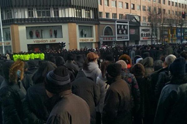 1月10日,吉林白山市撫松縣撫松鎮上萬民眾遊行抗議撫松一中搬遷事件,遭遇警方鎮壓,數十人被抓。(受訪者提供)