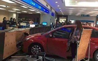 中山女司機誤踩油門 汽車撞進稅務局大廳