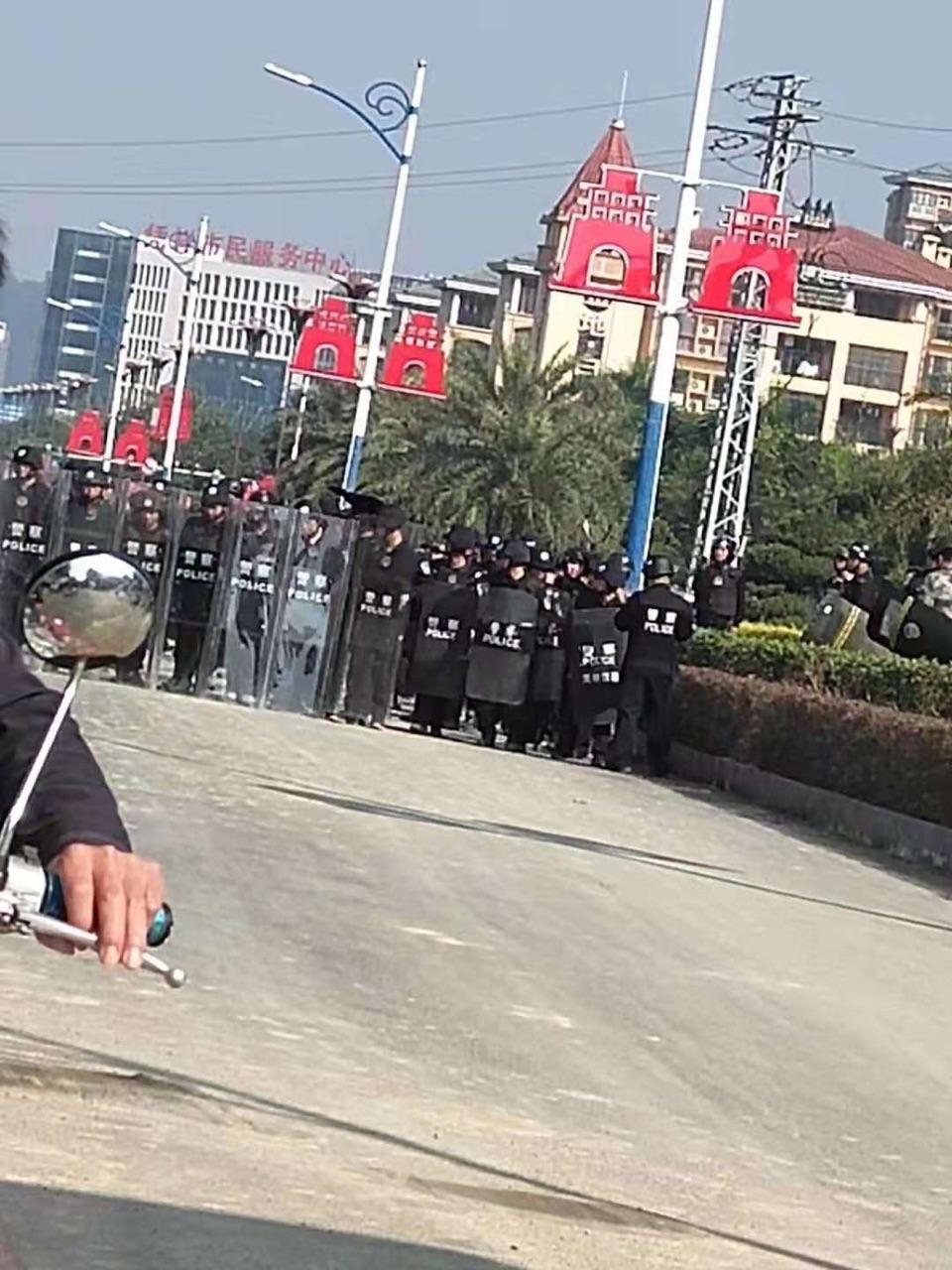 11月29日,廣西憑祥市板透村因強徵土地引發警民衝突。(受訪者提供)