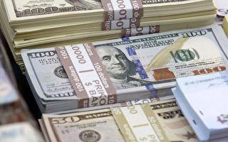 美国青年去银行办事 捡到13.5万美元