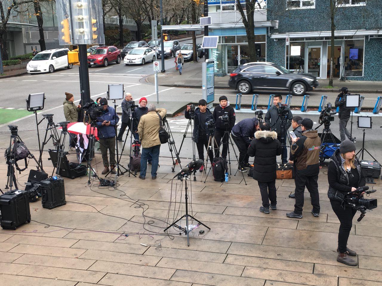 月10日,孟晚舟保釋聆訊第二天,在加國法庭外的媒體記者。(Yutong/Epochtimes)