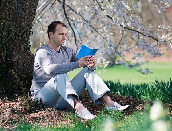 西人法輪功學員在閱讀《轉法輪》。(明慧網)