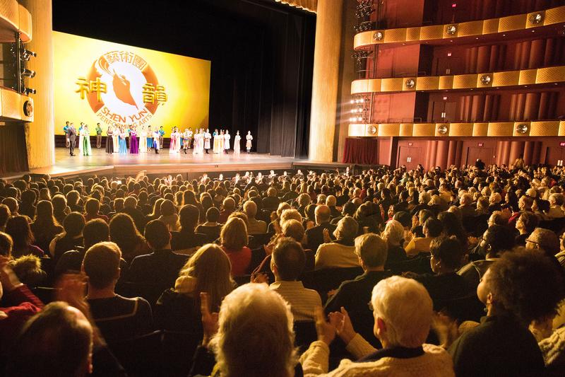 2018年1月17日晚,神韻紐約藝術團在紐約林肯中心大衛寇克劇院的第八場演出,全場售罄加座。(戴兵/大紀元)