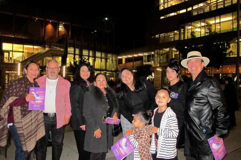 三藩市公務員Roger Varela與親戚共10人同觀神韻。(麥蕾/大紀元)