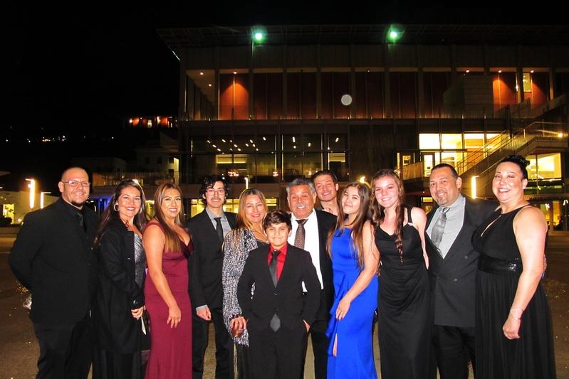 12月12日, Lucia Hernandez女士一家12口觀看了神韻在伯克利的演出。(麥蕾/大紀元)