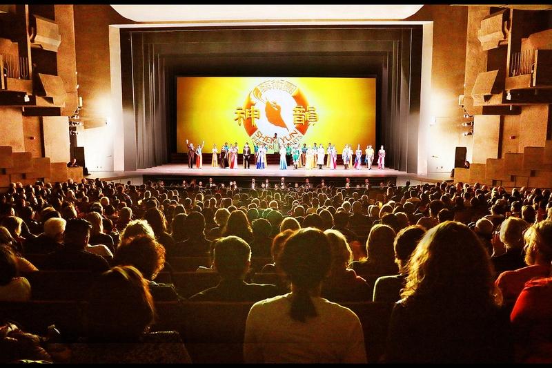 2018年12月12日晚,神韻紐約藝術團在美國加州大學伯克利分校澤勒巴克館(Berkeley Zellerbach Hall)呈上2019巡演的第一場演出,現場爆滿。(周容/大紀元)