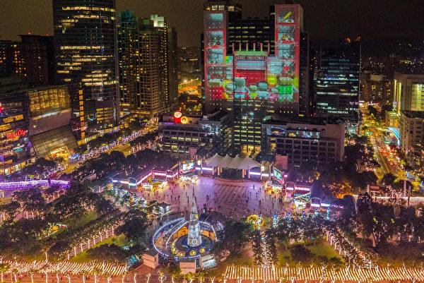 新北市政府2018歡樂聖誕城聖誕市集7日開張,並推出全新光雕秀,市府大樓化身華麗且充滿哥德風情的建築,包括糖果工廠與交響樂隊、電音DJ等聲光效果。(觀旅局提供/中央社)