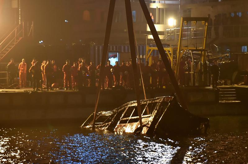2018年11月1日,重慶市萬州一輛22路巴士,撞擊對向正常行駛的紅色小轎車後墜入長江,導致包括司機在內的15人全部遇難。 (STR/AFP/Getty Images)