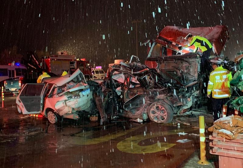 2018年11月4日,甘肅蘭州蘭海高速蘭州南收費站處發生重大車禍,造成至少14人死亡,34人受傷。 (STR/AFP/Getty Images)