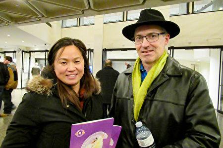 2018年12月27日晚,大陸移民楊女士和在安省酒管局任經理的先生Kevin Monaghan,觀看了美國神韻巡迴藝術團在渥太華的首場演出,夫婦倆都對演出讚不絕口。(梁耀/大紀元)