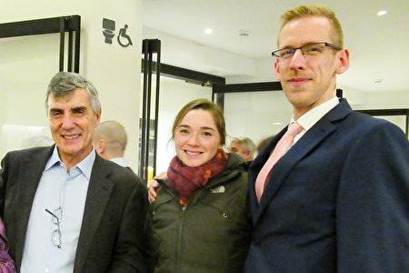 12月27日晚,前資深財富顧問Robin Page先生(左一)觀看神韻後表示,要把觀看神韻的感受帶回家。(梁耀 / 大紀元)