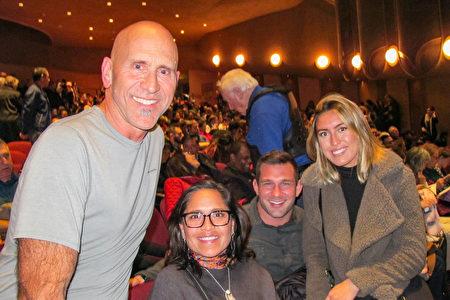 12月27日晚上,LifeAID飲料公司的首席營運官Andy Halliday先生和家人觀看了神韻紐約藝術團在聖荷西的演出。(麥蕾/大紀元)