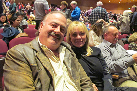 12月27日晚上,Pinnacle Bank銀行的董事會主席和創始人David Scoffone先生和家人觀看了神韻紐約藝術團在聖荷西的演出。(麥蕾/大紀元)