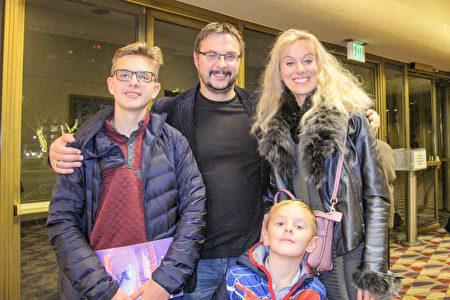 12月27日晚上,女高音歌唱家Alla Markovich和丈夫Vladimir Odnobludof帶孩子們觀看了神韻紐約藝術團在聖荷西的演出。(麥蕾/大紀元)