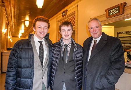 2018年12月29日晚,金融公司總裁Mark Goodwin帶孩子觀看了神韻國際藝術團在芝加哥歌劇院的第四場演出。(溫文清/大紀元)