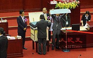台北市议会首度记名投票 蓝营陈锦祥过半当选