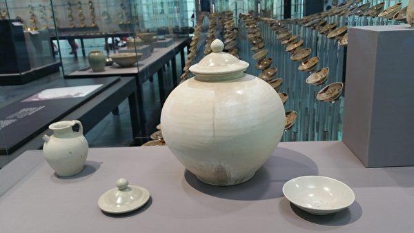唐代邢窯白瓷:執壺、蓋、白瓷蓋罐(中)、盤。(筆者拍攝/大紀元)